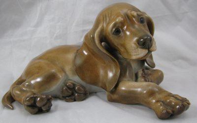 Allach – München Porzellan Figur , Junger Dackel / Hund, liegend Entwurf Theodor Kärner – Skulptur / Plastik