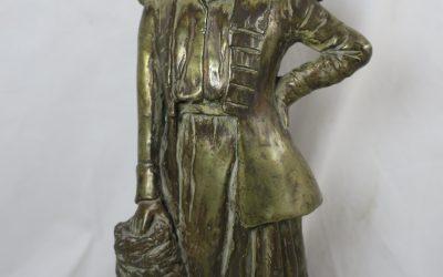 Bronze Skulptur / Figur – Frau / Dame mit Muff – Signiert 1919